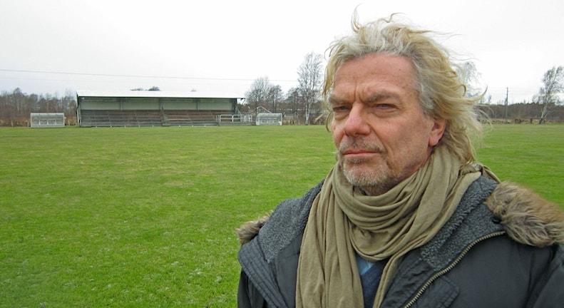 Jan Jörnmark på Lerkils fotbollsplan - en symbolisk plats för Kungsbackas tillväxt. Foto: Göran Frost/Sveriges Radio