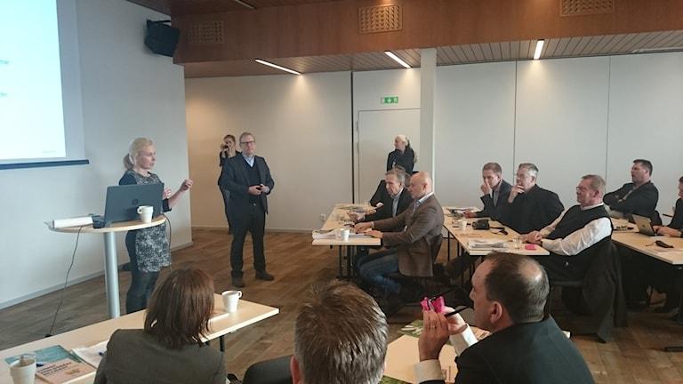 Infrastrukturminister Anna Johansson pratar med företagare i Ullared.