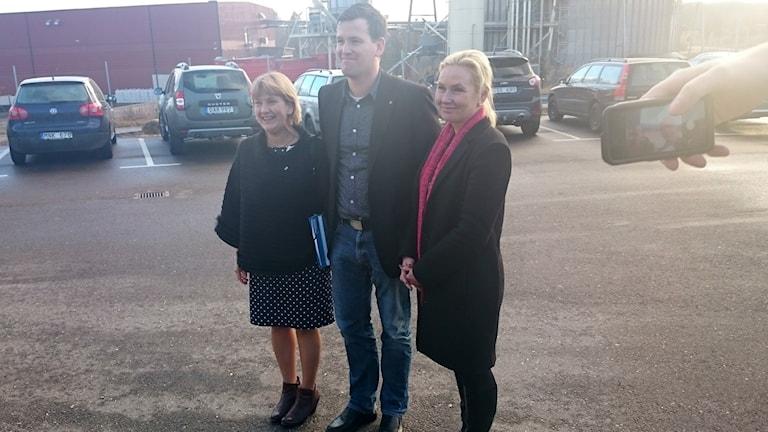 Landshövding Lena Sommestad, kommunråd Ronny Löfquist (S) och infrastrukturminister Anna Johansson (S) framför Kinnareds-sågen. Foto: Lars Salomonsson / Sveriges Radio