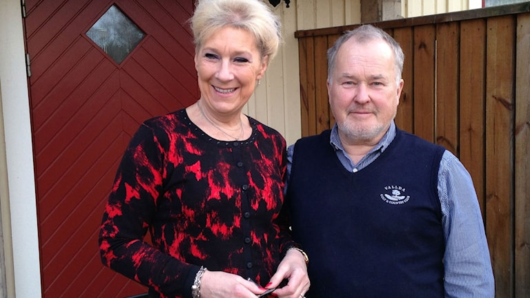 Agnetha Ernegård, ledamot i nämnden för Vård och omsorgför partiet Kungsbackaborna och Roger Larsson, ordföranden för partiet. Foto: Sveriges Radio.