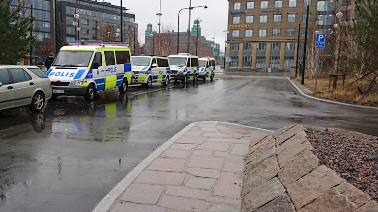 Polisbilar parkerade utanför Malmö Live, ett av Malmös dyraste hotell.