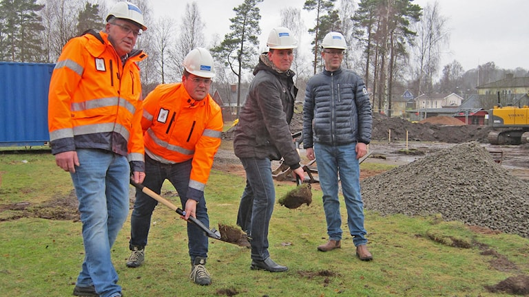 Första spadtaget... nja, bygget i bakrunden har varit igång en vecka, men kommunrådet Ronny Löfquist (t h) och byggare Marcus Johansson spadar här formellt. Foto: Göran Frost/Sveriges Radio
