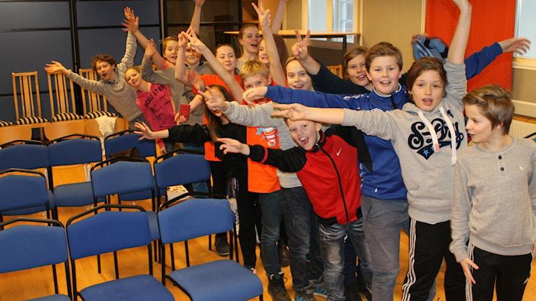 5A från Tingbergsskolan som tävlar i rikskvalet i Vi i femman. Foto: Sara Öster/Sveriges Radio.