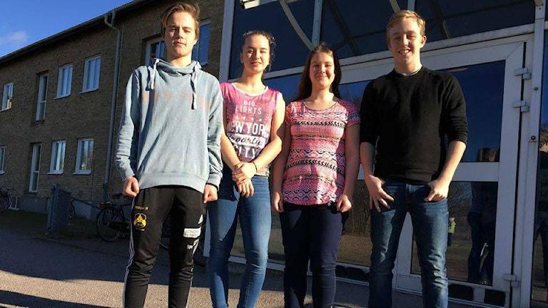 Från höger: Viktor Nordahl, Clara Holmberg Larsson, Hanna Meri och Adam Jonestrand från klass 9A, Furulundsskolan. Foto: Sara Öster/Sveriges