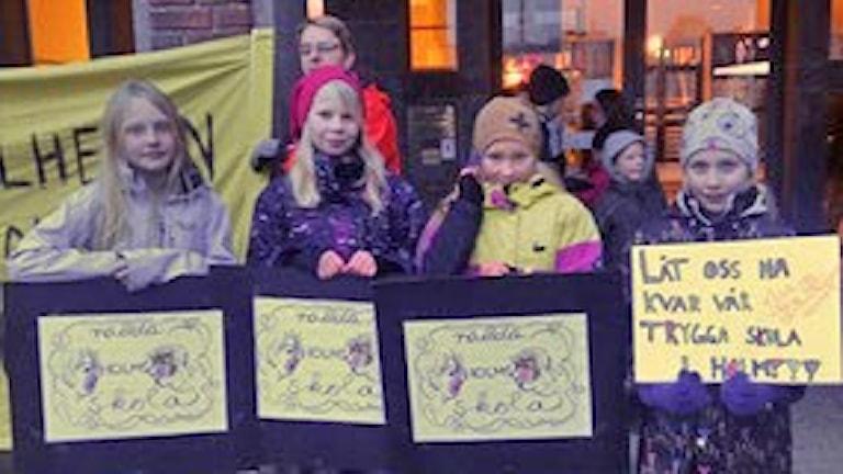 Barnprotest mot nerläggning av Holms skola. Foto: Sveriges Radio