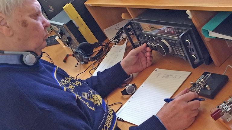 Lars Harald Kolland morsepratar med Japan. Foto: Daniel Gustafsson/Sveriges Radio