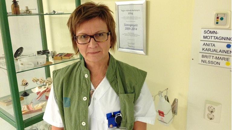 Anita Karjalainen är sjuksköterska på sömnmottagningen vid Hallands Sjukhus Varberg. Foto: Therése Alhult/Sveriges Radio