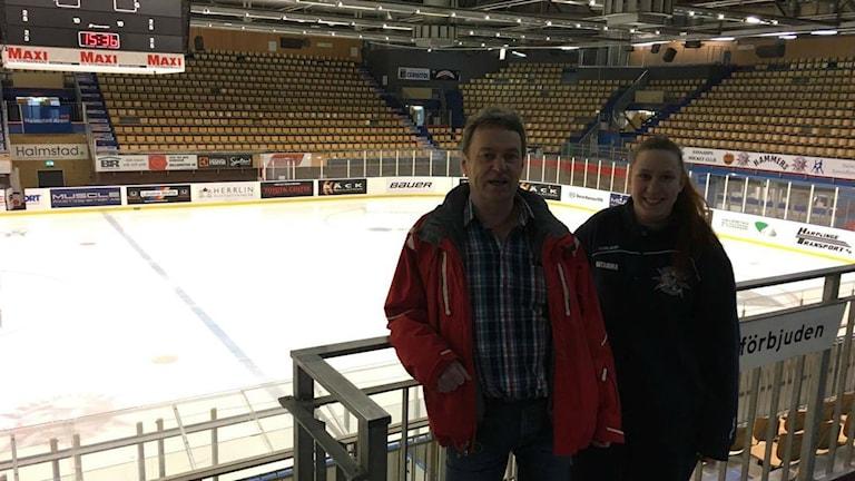 Dan Gustavsson, ordförande Halmstad Hammers och Katarina Da Silva, materialare och även målvakt i klubbens damlaget. Foto: Sara Öster/Sveriges Radio.