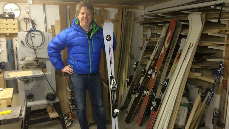 Jan Persson tillverkar utförsåkningsskidor hemma i garaget i Onsala.