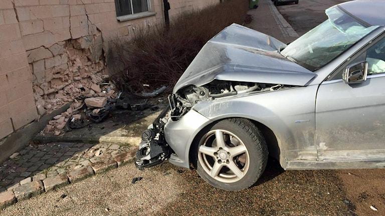 Bilen körde in i en husvägg på Skolgatan i Halmstad. Foto: Karin Ingströmer/Sveriges Radio.