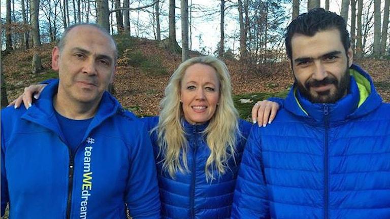 Hisham Benni och Mohammad Abazeed tillsammans med Anna Larsson från Hylte Sport och Event. Foto: Magnus Hagström/Sveriges Radio.