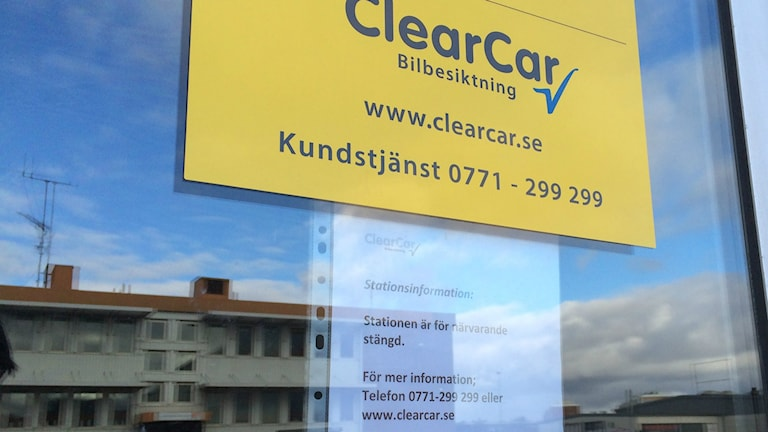Lapp på dörren till ClearCar i Halmstad. Foto: Muhamed Ferhatovic SR Halland.