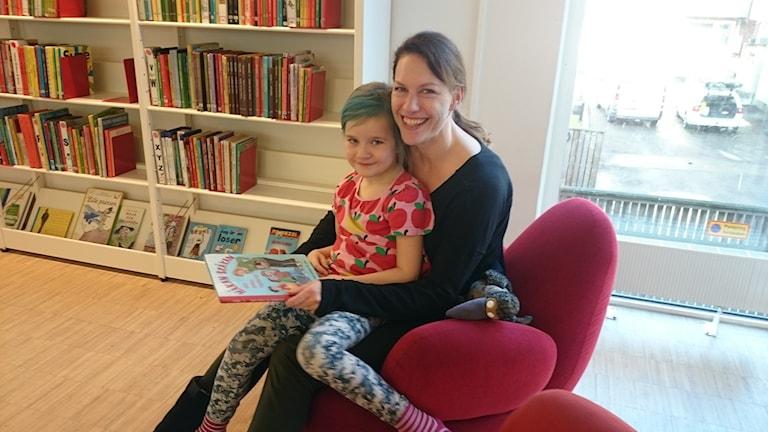 Emma och Johanna Johansson läser på biblioteket i Varberg.