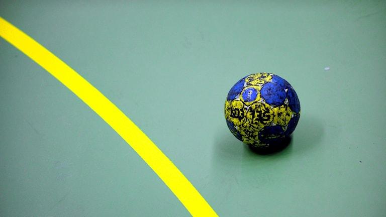 En handboll utan för målområdeslinjen.