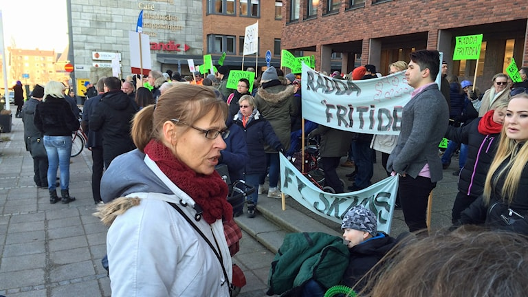 Många samlades utanför rådhuset för att demonstrera mot kommunens planer. Foto: Göran Frost/Sveriges Radio.