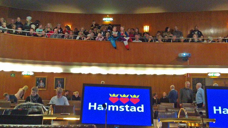 Fullsatt på åhörarläktaren när fullmäktige tog det avgörande beslutet. Foto: Göran Frost/Sveriges Radio