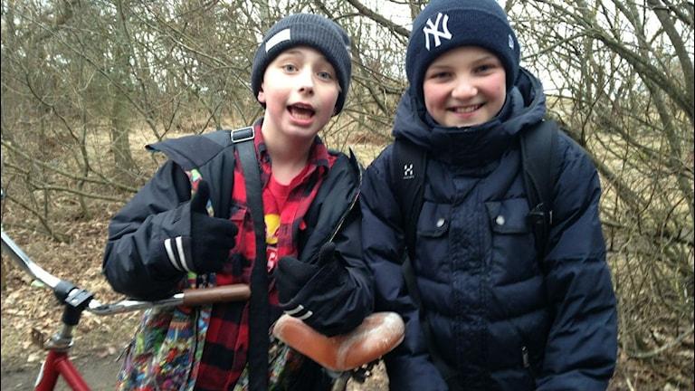 Axel Bergendahl och kompisen Gustav Malmström ger tummen upp för en multipark vid Ankaret. Foto: Sveriges Radio