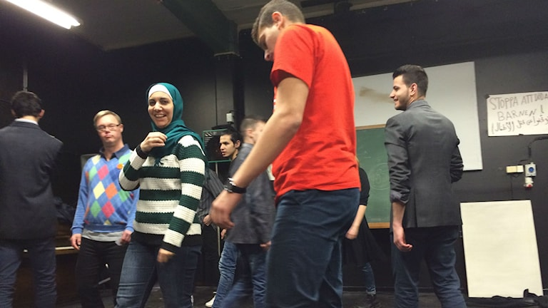 """Sawsan Akki är en av skådespelarna som repeterar inför """"Väntrummet"""",en pjäs om flykten till Halmstad. Foto: Peter Caldarulo/Sveriges Radio."""