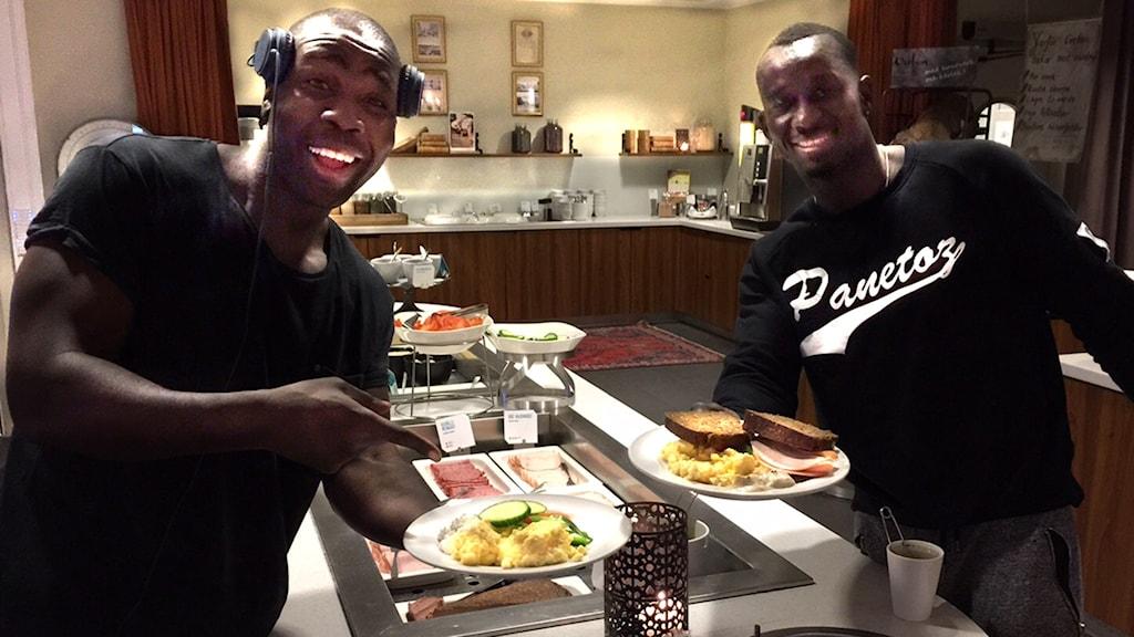 Daniel Nzinga och Pa Modou Badjie från Panetoz laddar med äggröra på artisthotellet.