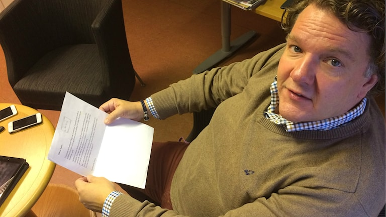 Mikael Kahlin sitter med ett av flera arga och hotfulla brev som han fått. Foto: Muhamed Ferhatovic SR Halland.