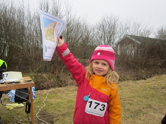 Stolt Hanna med orienteringskarta.