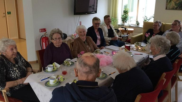 De boende på Sofiebergs äldreboende är i full gång med sin egen melodifestivals-tävling