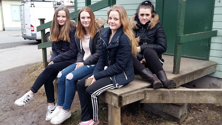 Fanny Bäckman, Melinda Sundqvist, Katja Höglund och Emilia Hagman blev oroliga när de fick reda på att Örnaskolan hade utsatts för dödshot. Foto: Johan Tollgerdt/Sveriges Radio.