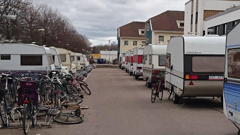 17 husvagnar står uppställda utanför asylboendet Arena Hotell.