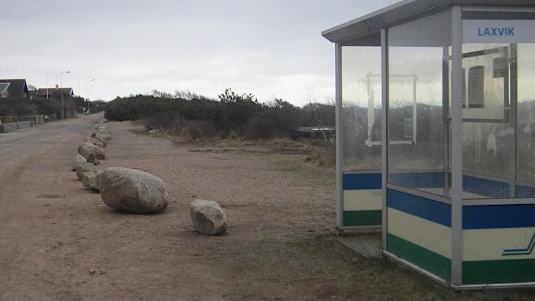 Markägaren har lagt ut stora stenblock utmed parkeringsplatsen. Foto: Inger Söderström/Sveriges Radio.