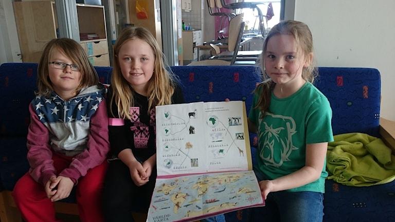 Oliver, Vilhelmina och Joline visar upp en del av arbetet de gjort under veckan. Earth Hour