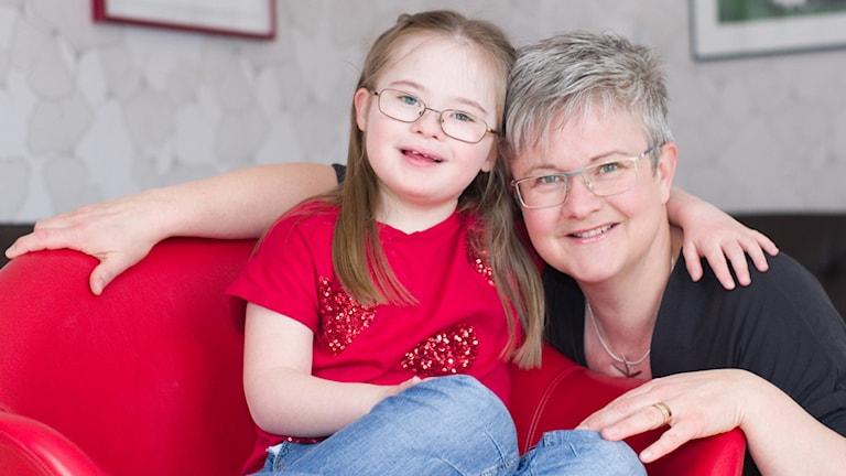Barnboksförfattarinnan Ann-Charlotte Ekensten med dottern Malin 9 år som har downs syndrom.