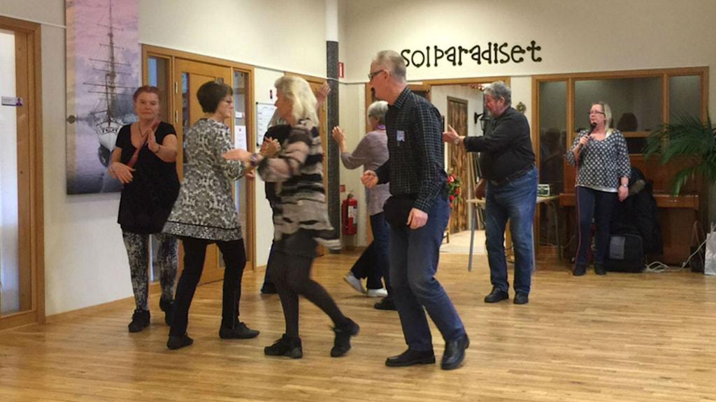 Varje tisdag träffas ett gäng personer och dansar squaredance på alla hjärtans hus i Halmstad. Foto: Jennifer Erlandsson/SR Halland