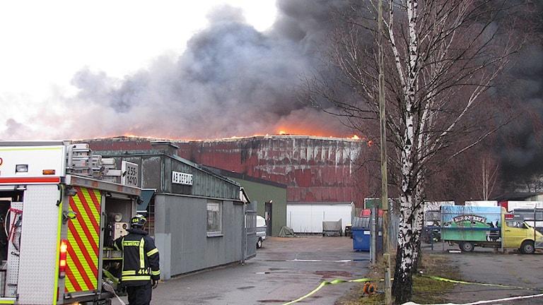 Räddningstjänsten bekämpade branden från flera sidor av den 10000 kvdratmeter stora byggnaden. Foto: Tomas Gustafsson, Sveriges Radio.