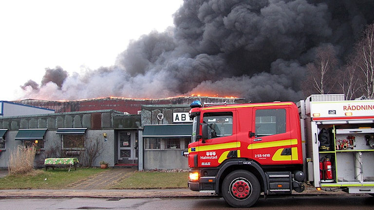 Risken för spridning till intilliggande industrifastigheter var under morgonen stor. Däremot finns inga bostäder i direkt närhet till branden. Foto: Tomas Gustafsson, Sveriges Radio.