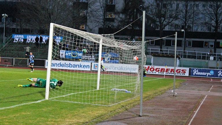 halmstads målvakt Stojan Lukic får vittja målet
