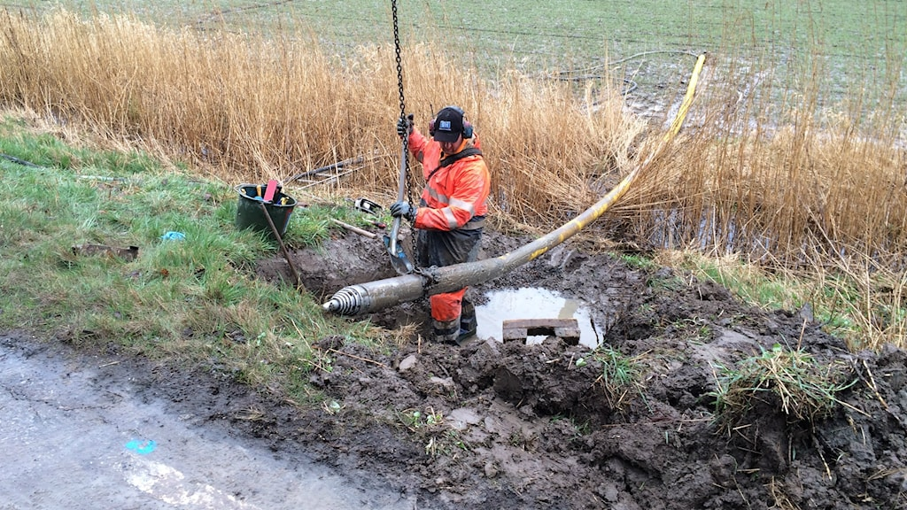 Elkabel grävs ner under väg