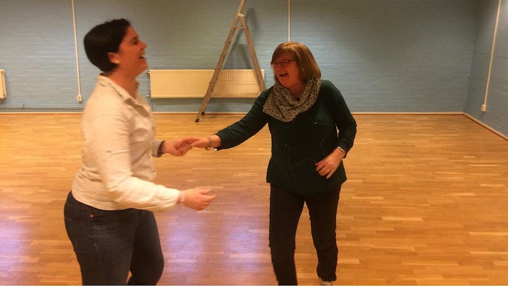 Katharina Nilsson och Malene Johansson i glädjedans över att ha blivit Hallands bästa idrottsförening.