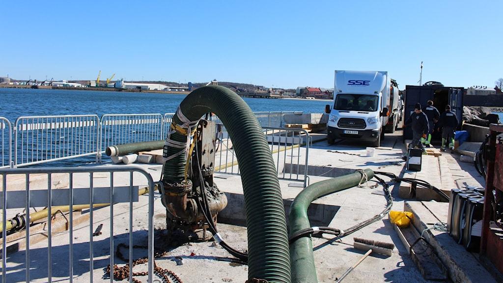Oljan läckte ut i en bassäng som finns i själva pirhuvudkonstruktionen.