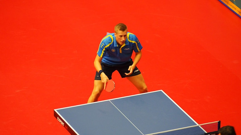 Mattias Karlsson redo för en serve från Zoran Primorac vid europeiska OS-kvalet i Halmstad. Foto: Patric Ljunggren/Sveriges Radio