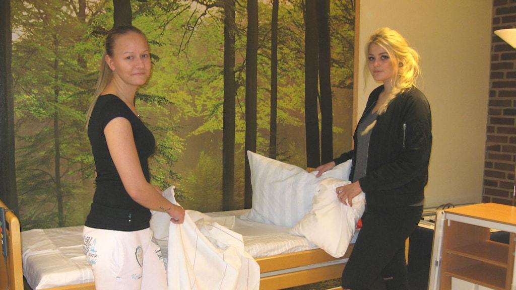 Vårdeleverna Victoria Olosson och Jasmine Paulsen. Foto Ann Jornéus Sveriges Radio