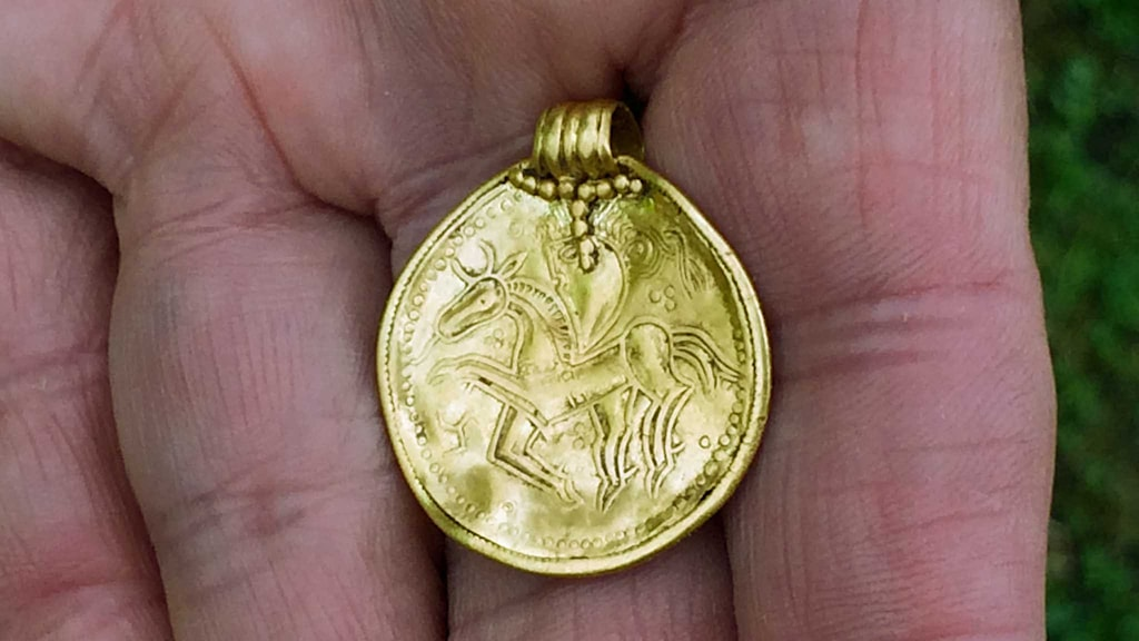 Så här ser guldsmycket ut som arkeologerna hittat i Äskatorp.