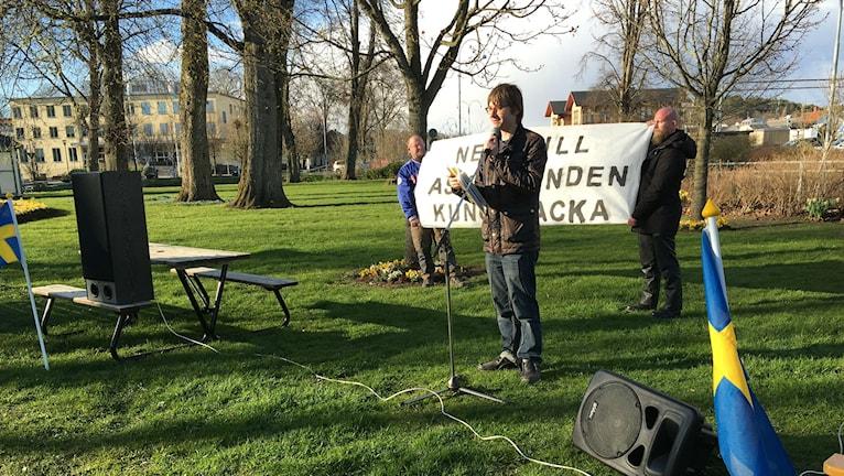 Nej till asylboenden manifesterades i Badhusparken i Kungsbacka. Mattias From var en av talarna. Foto: Sveriges Radio