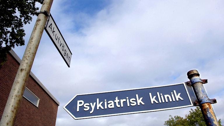 """Skylt med texten """"Psykiatrisk klinik"""". Foto: Björn Larsson Ask/TT."""
