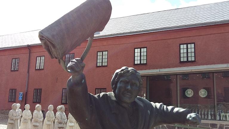 """Statyn """"Kvinnan med handväskan"""" ska plockas bort från Varbergs innegård."""
