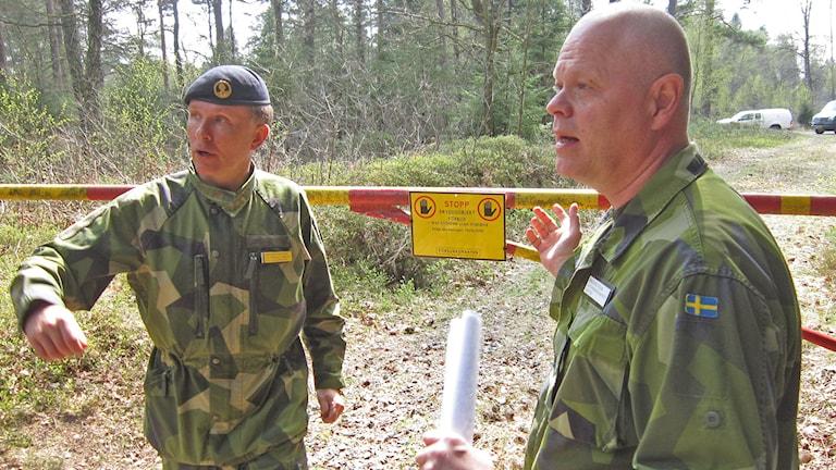 Kapten Mogens Berger och major Anders Holm vid en av de bommar som människor allt oftare inte bryr sig om. Foto: Göran Frost/Sveriges Radio