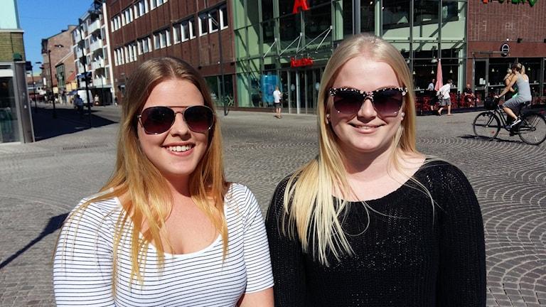 Mimmi Karlsson och Therese Broberg tycker att det inte ska vara dyrare att toppa håret bara för att hon är tjej, än för en man som klipper sig.