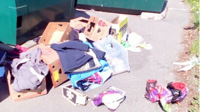 Exempel på hur sopor dumpas vid återvinningsanläggningar i Halland.