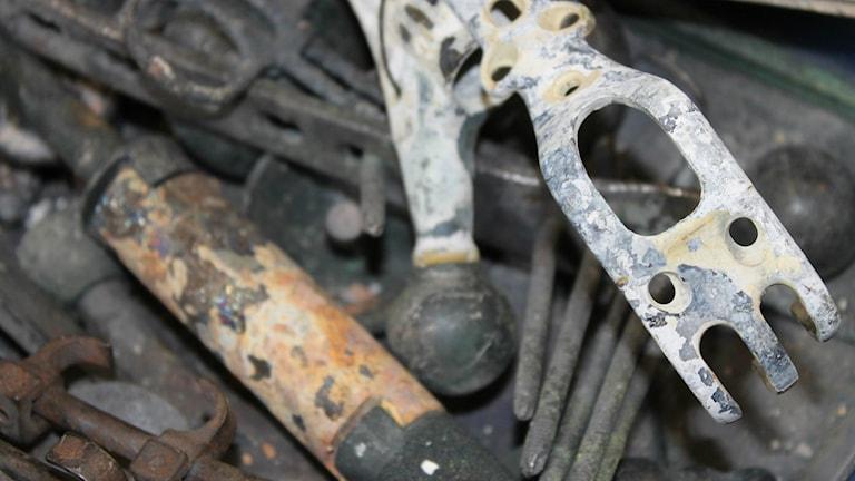 En låda med sparade proteser och andra metalldelar som blivit över från kremeringar.