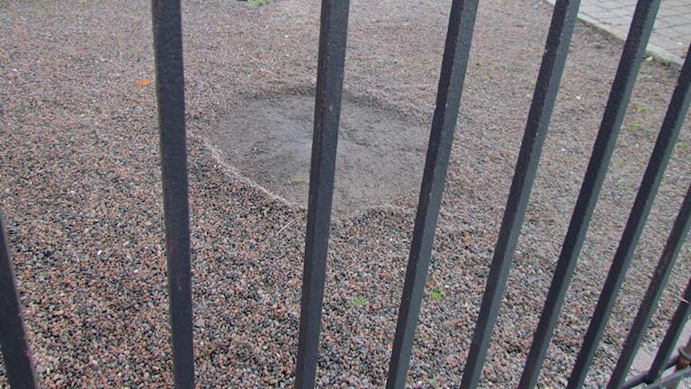 Det blev ett stort hål i marken efter smällen.