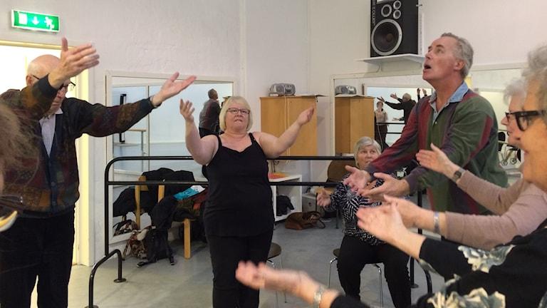 Parkinsondansarna Bo Gardahl och Yvonne Persson, instruktören Hugo Tham och Lilian Lavesson.